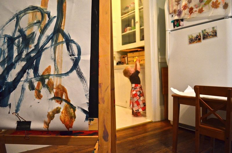 Bee-replacing-paint-counter-easel-art-toddler-painting