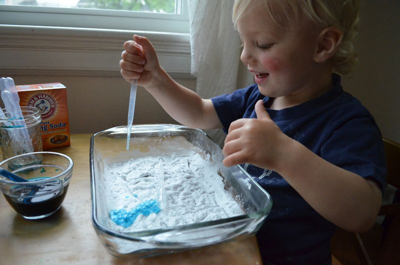 Toddler play learning baking soda vinegar experiment exploration preschool04