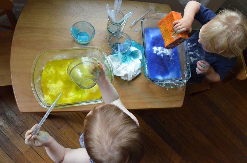 Toddler play learning baking soda vinegar experiment exploration preschool12